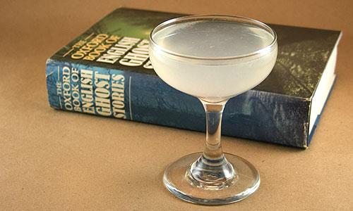 Taça do drink White Lady e um livro
