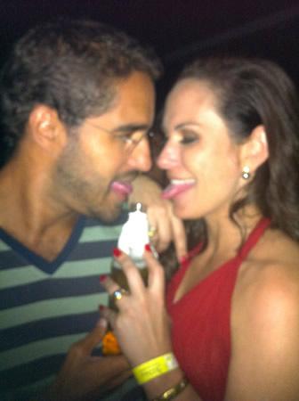 Dulcetti e Nubia Oliiver beijando longneck