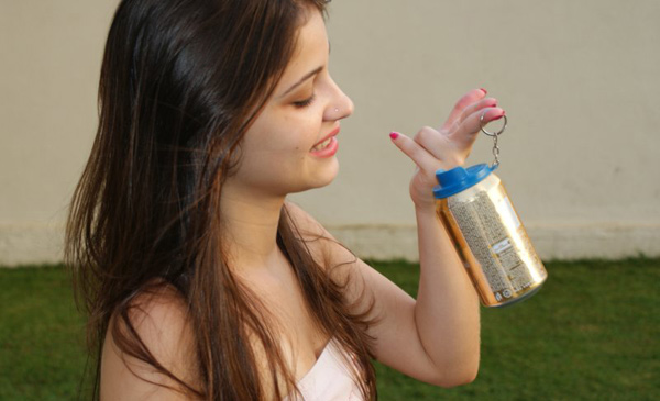 Garota segurando lata de cerveja com o Bebaki