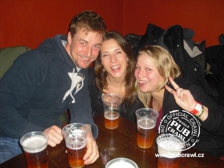 Mulheres e homem bebendo cerveja
