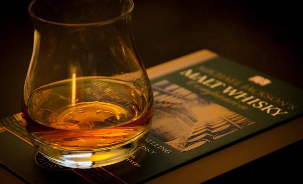 Copo de whisky em cima de um livro