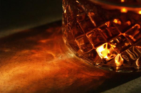 Copo de whisky em cima de uma mesa