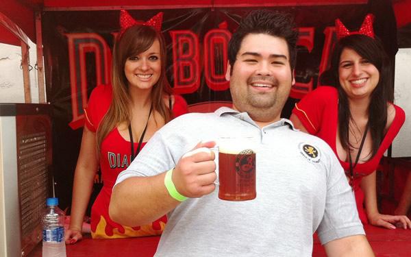 Diabinhas e homem bebendo cerveja
