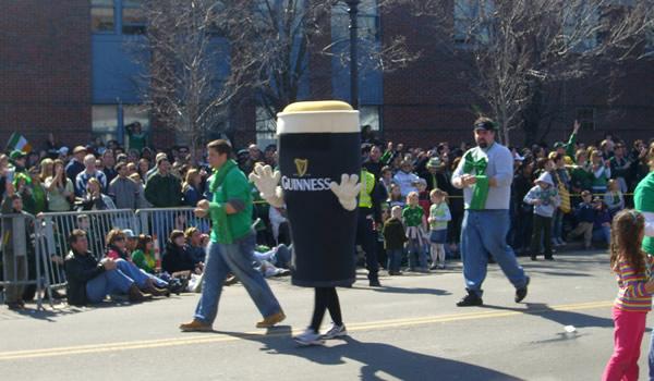Homem fantasiado de Pint de Guinness