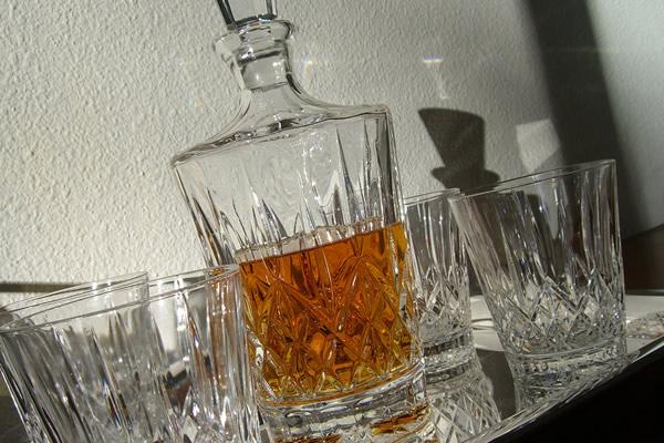 Garrafa e copos de whisky