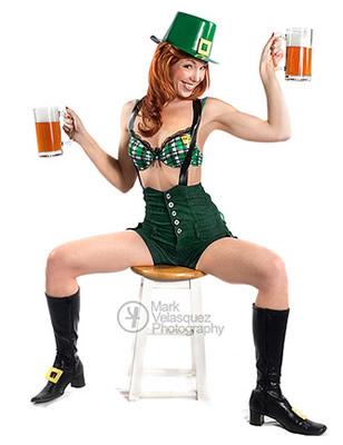 Mulher gostosa vestida de duende verde