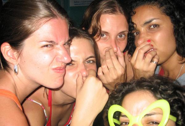 Mulheres fazendo careta de cheiro ruim