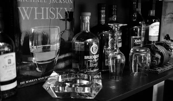 Copos de whisky na frente do livro
