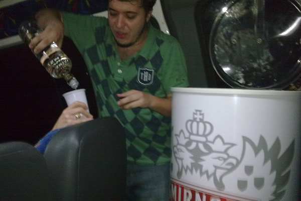 Afonso botando vodka