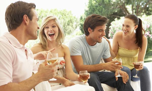 Amigos bebendo vinho