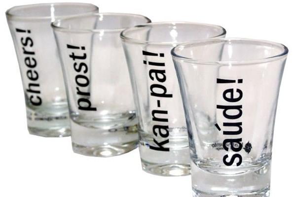 """Vários copos com o dizer """"saúde"""" em várias línguas"""