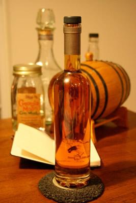Garrafas e barril de whisky