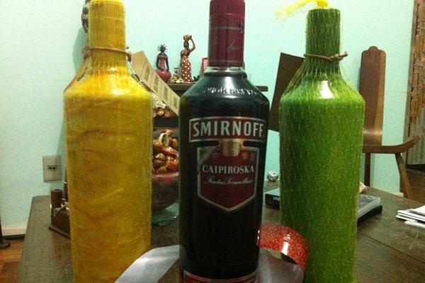 Garrafas da caipiroskas da Smirnoff abertas
