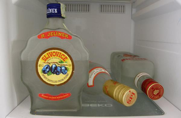 Garrafas de vodka no congelador