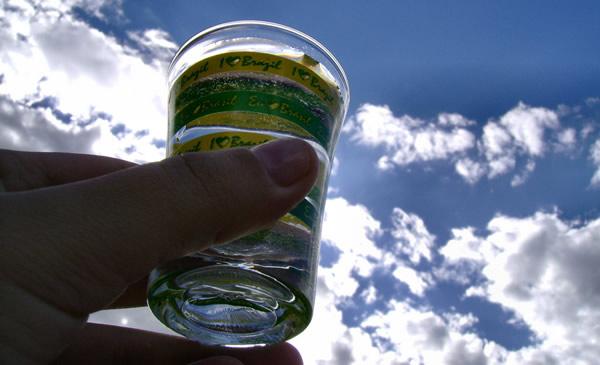 Gole pro Santo levantando o copo pro céu