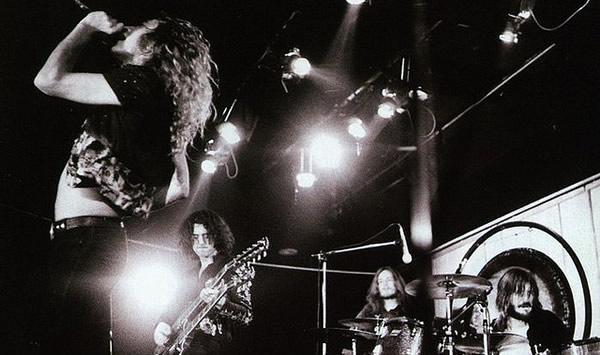 Banda Led Zeppelin tocando
