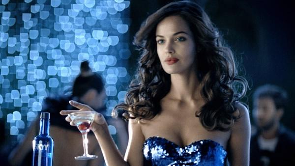 Mulher linda segurando vodka