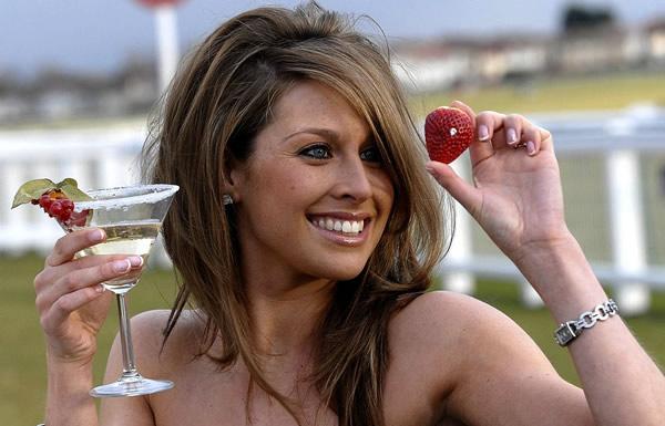 Mulher com um drink na mão