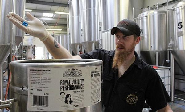 Funcionário produzindo a cerveja Brewdog de viagra