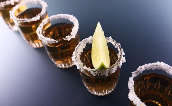 Vários shots de tequila