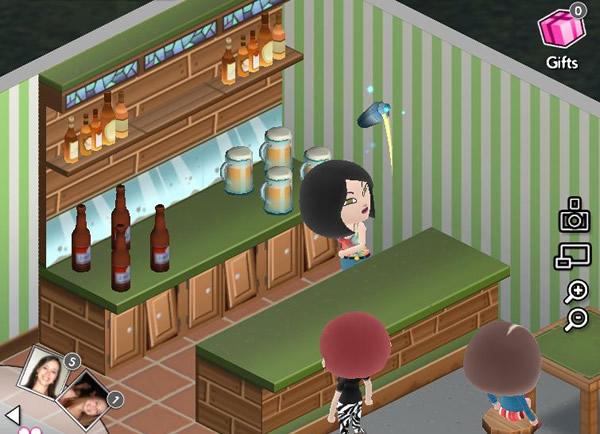 Boneca chacoalhando o drink.