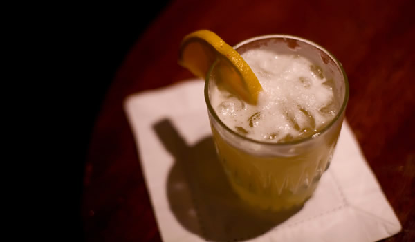 Copo de whiskey sour com laranja