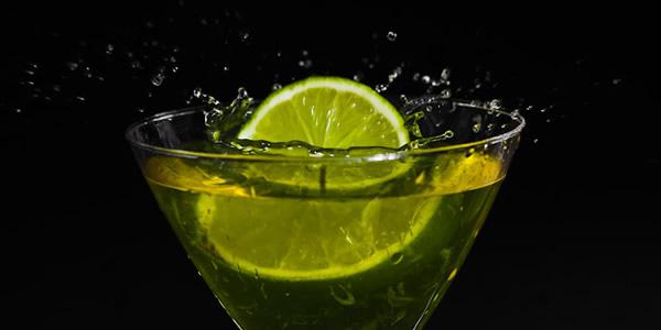 Fatia de limão caindo dentro de uma taça Gin Fizz