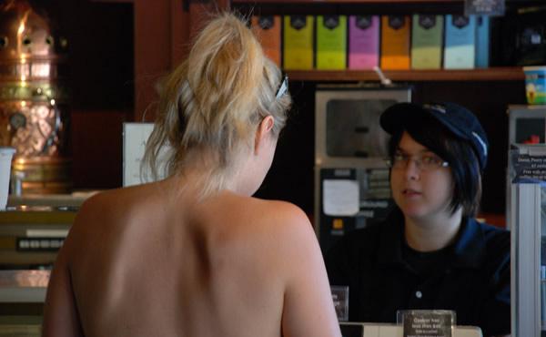 Mulher dentro de um bar de topless