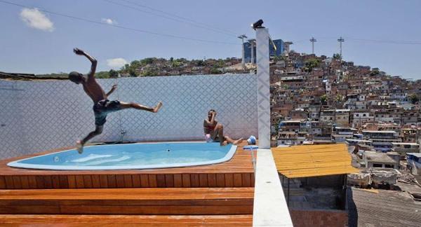 Garotos pulando numa piscina na lage