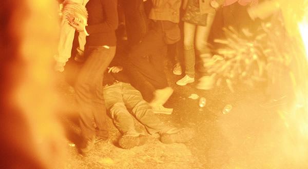 Bêbado caído perto da fogueira da Festa Junina