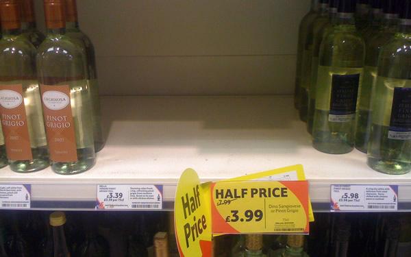 Prateleira de vinhos baratos vazia