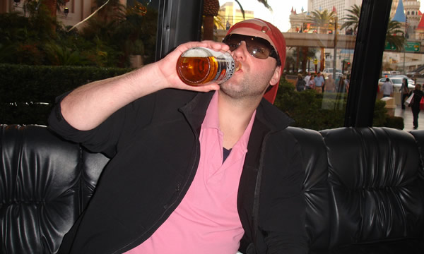 Homem bebendo cerveja em Las Vegas