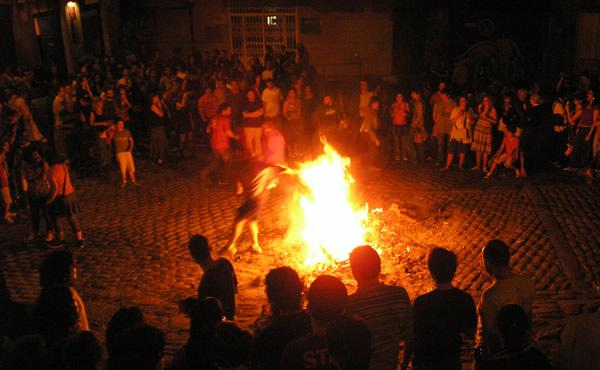 Homem pulando fogueira