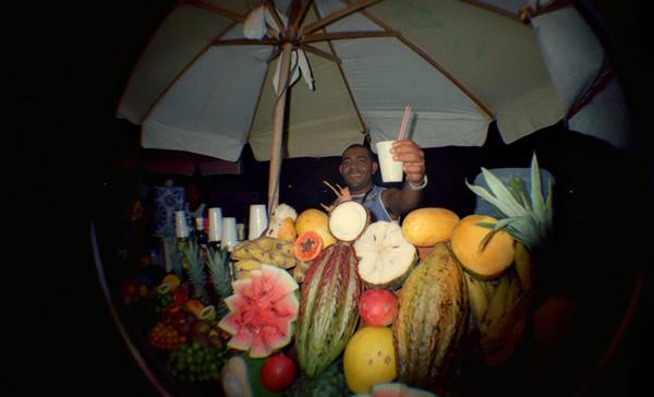 Vendedor oferecendo Batida de Fruta
