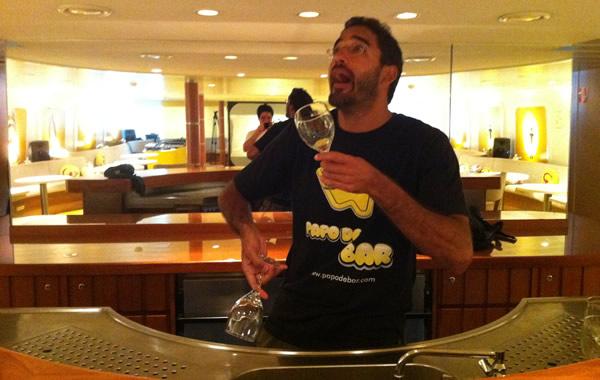 Dulcetti fazendo malabares com copos