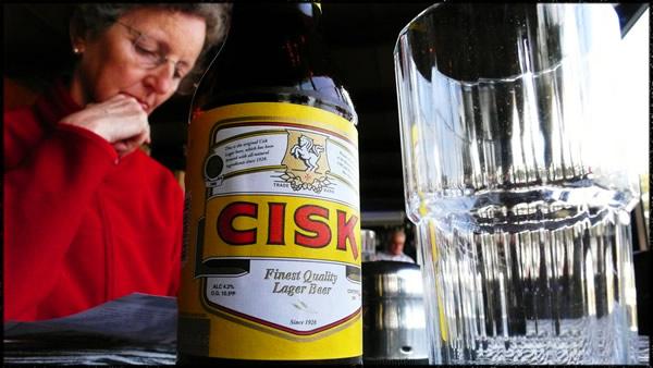 Mulher respondendo pesquisa e bebendo cerveja