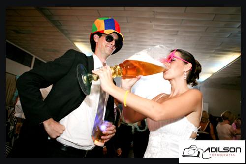 Noiva bebendo um copo gigante de cerveja em seu casamento