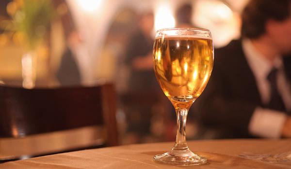 Copo de cerveja focado num restaurante