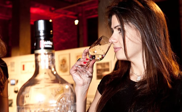 Mulher degustando a vodka Ketel One
