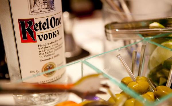 Garrafa da vodka Ketel One e azeitonas