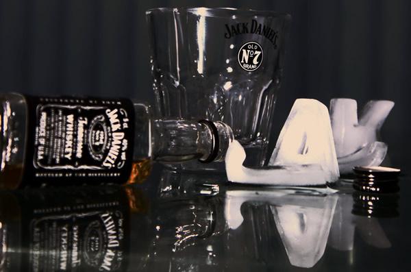 Garrafas de Jack Daniel's e gelo