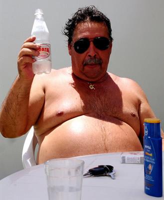 Gordo com garrafa de água