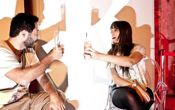 Homem e mulher brindando