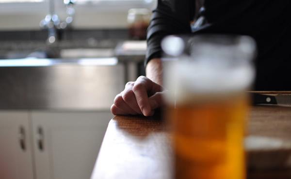 Leitor com copo de cerveja