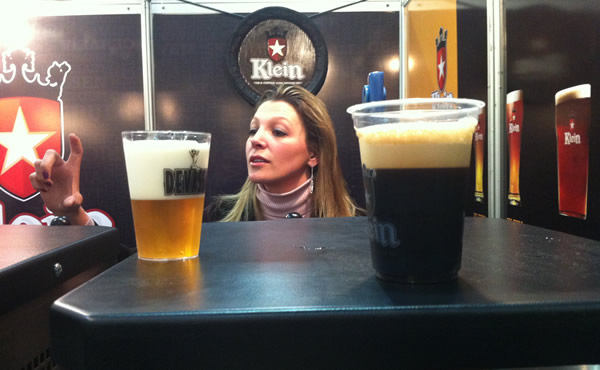 Mulher no meio de dois copos de cerveja