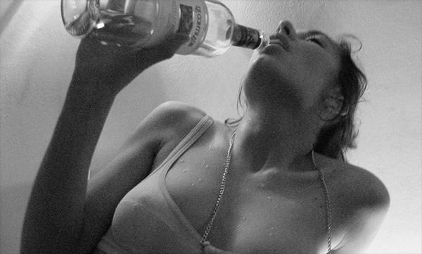 Mulher segurando uma garrafa de vodka