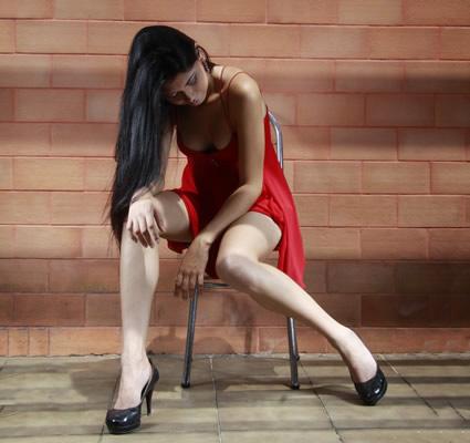 Mulher de vermelho triste