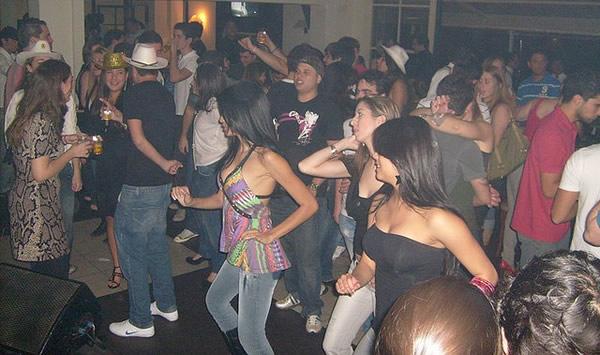 Mulheres dançando sertanejo