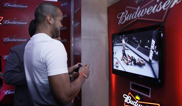 Garotos jogando UFC num Videogame