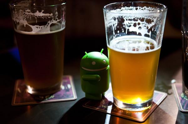 Boneco do Android abraçando a cerveja